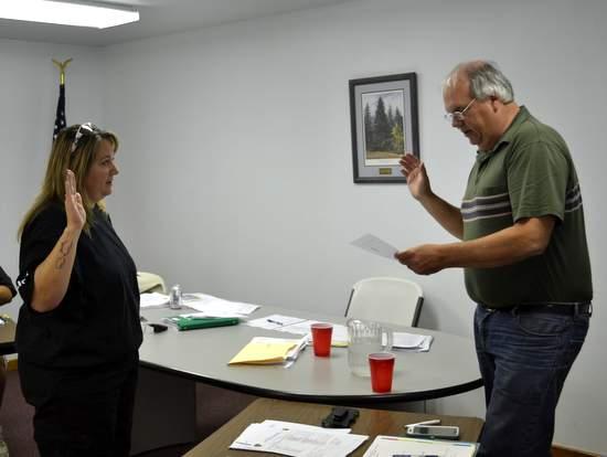 Weisenhorn Takes Oath from Mayor Pro-Tem Glenn Otto